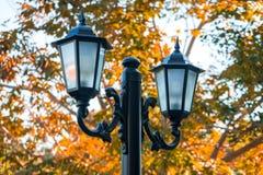 Der antiken Straßenlaterne der Nachtzeit, im altem Stil, Herbstzeit stockbilder
