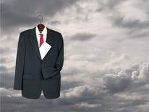 Der Anzug, der oben mit Umschlag - werden Sie, Erbschaftsmetapher gehangen wird Lizenzfreies Stockbild