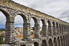 Der Aquädukt und der alte Segovia am bewölkten Maifeiertag Stockbild
