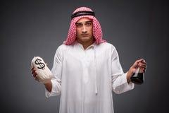 Der Araber mit Öl auf grauem Hintergrund Stockfotografie
