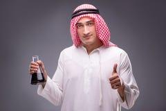 Der Araber mit Öl auf grauem Hintergrund Lizenzfreie Stockbilder