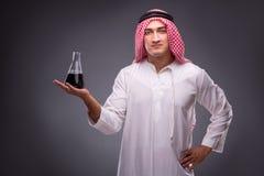 Der Araber mit Öl auf grauem Hintergrund Lizenzfreies Stockfoto