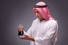 Der Araber mit Öl auf grauem Hintergrund Lizenzfreie Stockfotos