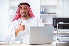 Der arabische Geschäftsmann, der im Büro arbeitet Lizenzfreie Stockfotografie