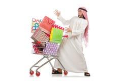Der arabische Mann, der das Einkaufen lokalisiert auf Weiß tut Stockbild