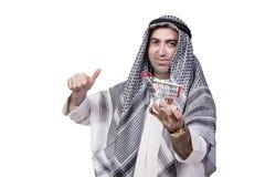 Der arabische Mann mit der Warenkorblaufkatze lokalisiert auf Weiß Lizenzfreie Stockfotos