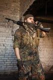 Der arabische Soldat mit dem AK-47kalaschnikowsturmgewehr Lizenzfreie Stockfotos