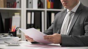 Der arbeitende und berechnende Geschäftsmann, liest und schreibt Berichte Büroangestellter, Tabellennahaufnahme Conce Finanzbuchh stock video footage