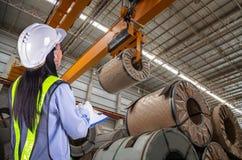 Der Arbeitnehmerinbericht und -laden lizenzfreies stockfoto