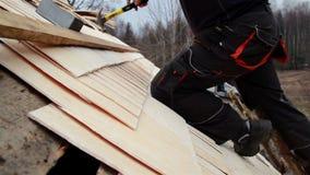 Der Arbeitskleidungs-Zeder des Roofer tragende hölzerne Schindelerschütterung stock video footage