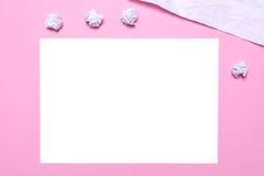 Der Arbeitsplatz des Blattes Papier des Künstlers A auf einem rosa Hintergrund Lizenzfreie Stockbilder