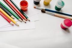 Der Arbeitsplatz des Künstlers für das Zeichnen Platz für Text, Design Farbige Bleistifte, Aquarell, Farben, Bürste, Sketchbook,  Stockbild