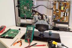 Der Arbeitsplatz eines Fernsehreparaturingenieurs Stockbilder