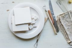 Der Arbeitsplatz von ceramistBlanks für das Malen Eine kreative Werkstatt Minimalistic-Zusammensetzung in den hellen Farben Stockfotos