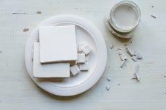 Der Arbeitsplatz von ceramistBlanks für das Malen Eine kreative Werkstatt Minimalistic-Zusammensetzung in den hellen Farben Lizenzfreie Stockbilder