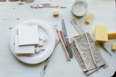 Der Arbeitsplatz von ceramistBlanks für das Malen Eine kreative Werkstatt Minimalistic-Zusammensetzung in den hellen Farben Lizenzfreie Stockfotos