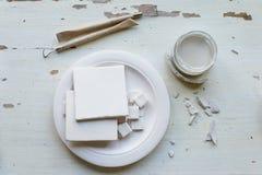 Der Arbeitsplatz von ceramistBlanks für das Malen Eine kreative Werkstatt Minimalistic-Zusammensetzung in den hellen Farben Stockfotografie