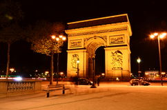 Der Arc de Triomphe nachts Lizenzfreies Stockfoto