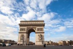 Der Arc de Triomphe in Paris mit schönem blauem Himmel Stockfotografie