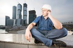 Der Architekt, der über Handy spricht stockfoto