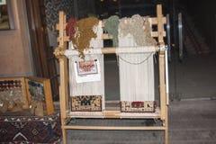 Der armenische Teppich Legen Sie das Spinnen mit Teppich aus und eine der Arten der armenischen dekorativen und angewandten Kunst Lizenzfreie Stockbilder