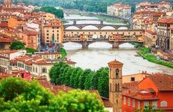 Der Arno in Florenz mit Brücke ponte vecchio lizenzfreie stockfotografie