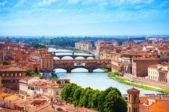 Der Arno-Fluss und Ponte Vecchio stockfotografie