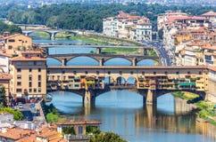 Der Arno-Fluss und Ponte Vecchio in Florenz, Italien stockfoto