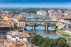 Der Arno-Fluss und Ponte Vecchio in Florenz, Italien lizenzfreies stockfoto
