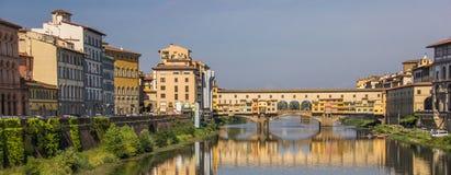 Der Arno und ponte Vecchio in Florenz stockbilder