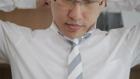 Der asiatische Geschäftsmann, der zum offiziellen Ereignis sich vorbereitet, richten Bindung gerade Neues Vorstellungsgespräch, S stock footage