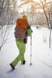 Der Athlet geht in den Schnee Stockfotos