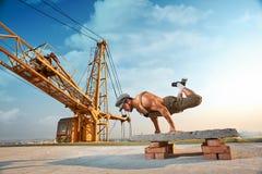 Der athletische Mann, der Übung tut, drücken ups auf Hände Lizenzfreie Stockfotografie