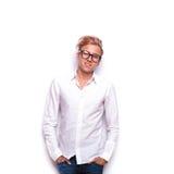 Der attraktive junge blonde Mann, der im Weiß aufwirft, lokalisierte Studio Stockbilder