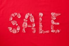 Der Aufschriftverkauf von Stücken Eis auf dem Rot Lizenzfreie Stockfotografie