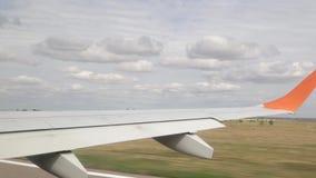 Der Aufstieg von Embraer, filmend vom Fenster, die Stadt von Saratow, Russland stock footage