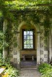 Der aufwändige mit Ziegeln gedeckte Dekor und Pflanzen am Eingang zur Galerie am Ende der weltberühmten Pergola in Westdekanzusta Lizenzfreie Stockbilder