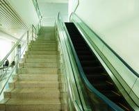 Der Aufzug nach innen im Flughafen lizenzfreies stockfoto