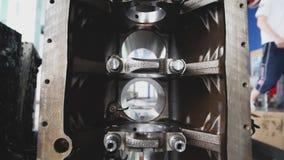 Der auseinandergebaute Automotor Abschluss oben stock video footage