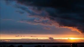 Der ausgezeichnete bunte Himmel, der mit Wolken in den verschiedenen Schatten des Blaus während des Sonnenuntergangs im Sommer be stock video footage