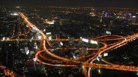 Der Aussichtsplattformverkehrsstraßenkreuzung 4k höchsten Gebäudes Nachthelle Bangkoks Zeitspanne Thailand stock footage