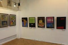 An der Ausstellung der zeitgenössischen schöner Kunst Malereien des russischen Künstlers Azamat E Czeslaw Stockbild