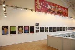 An der Ausstellung der zeitgenössischen schöner Kunst Malereien des russischen Künstlers Azamat E Czeslaw Stockfotos