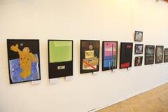 An der Ausstellung der zeitgenössischen schöner Kunst Malereien des russischen Künstlers Azamat E Czeslaw Stockbilder