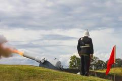Der australische Wiederinkraftsetzungssoldat, der an der Aufmerksamkeit steht, war Kanone wird abgefeuert lizenzfreie stockbilder