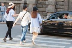 Der Auto doesn ` t Durchlauf die Fußgänger, die auf Übergang in St Petersburg gehen Lizenzfreies Stockbild
