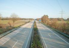 Der Autobahn, Ansicht von der Brücke über der Straße, die Bewegung von Autos lizenzfreie stockfotografie