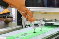 Der automatische Roboterarm lizenzfreie stockbilder