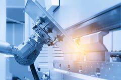 Der automatische Roboterarm für die Blechformung stockfotos