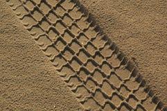 Der Autopfad im Sand Lizenzfreie Stockfotos